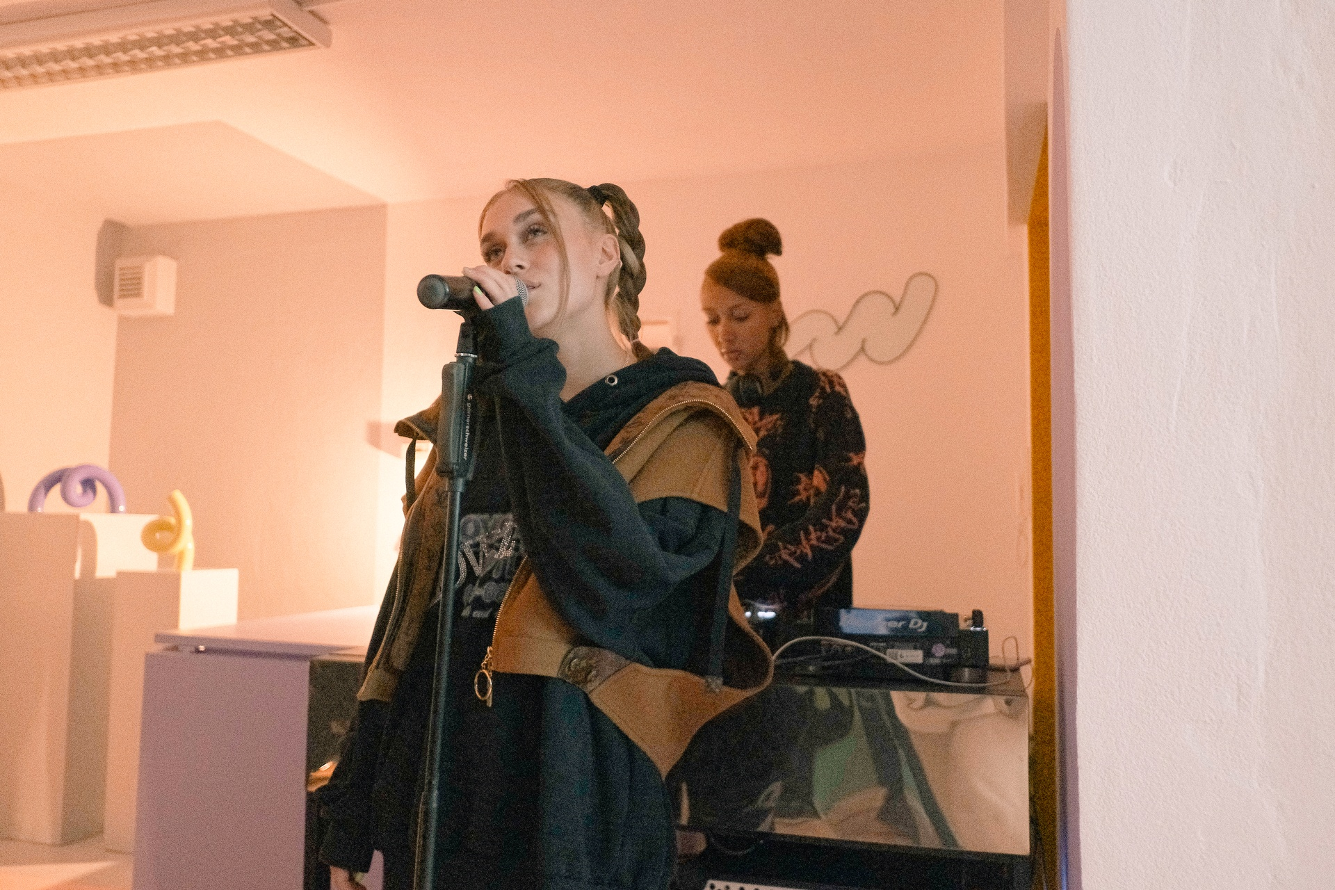 LEEPA singing at SOUNDBOKS Checkout Session