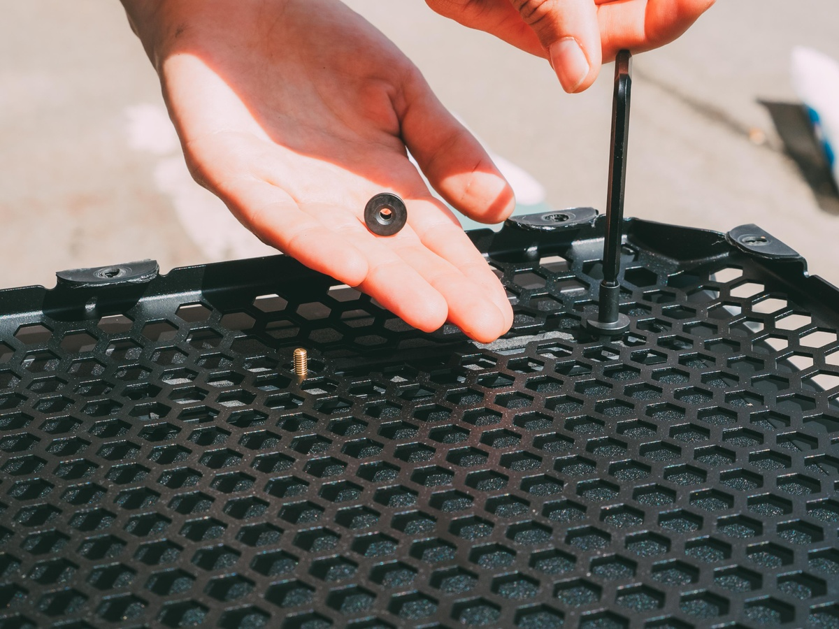 Removing the screws from the grill of the New SOUNDBOKS