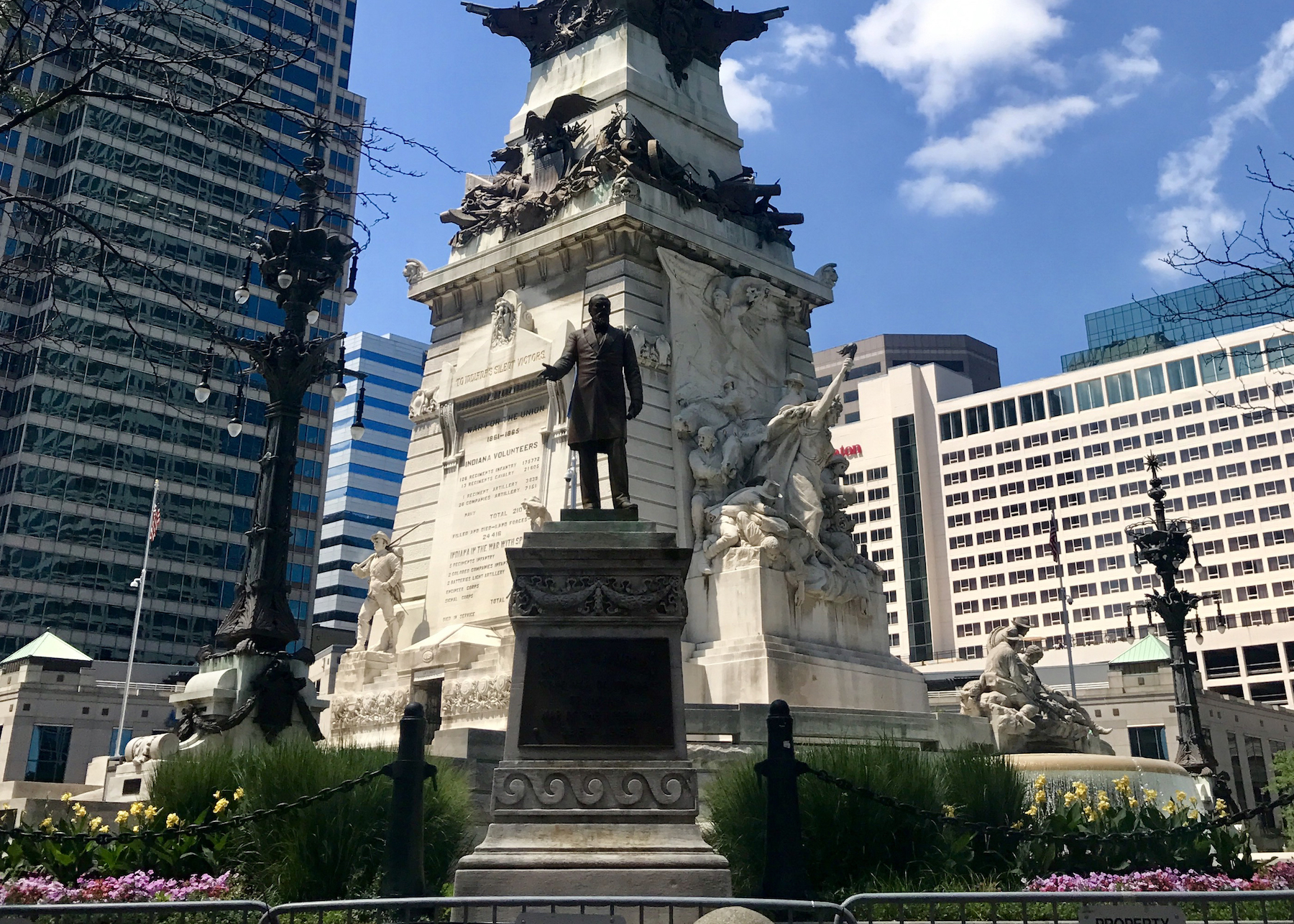 soldiers-and-sailors-memorial-at-monument-circle