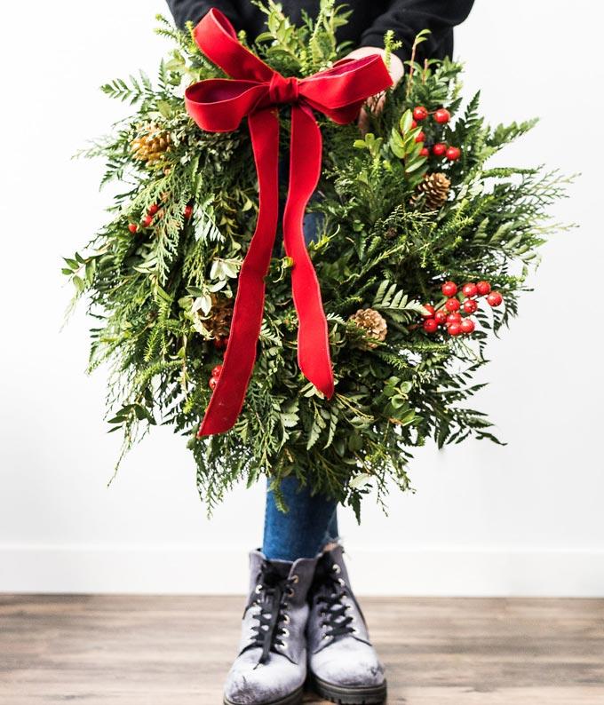 How to hang a wreath on the door