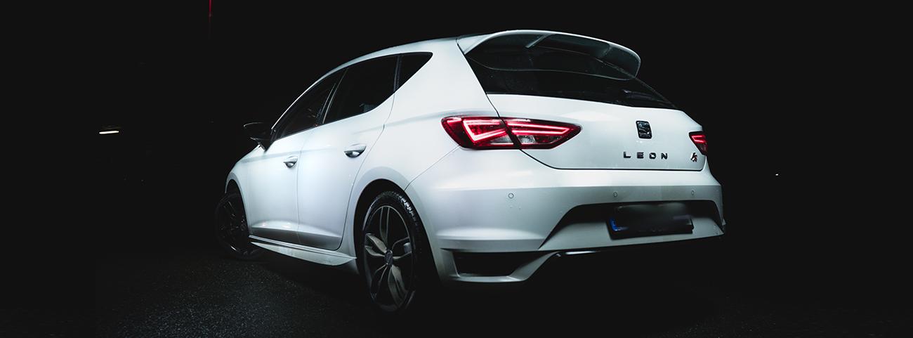 Seat León Cupra blanco estacionado en la oscuridad