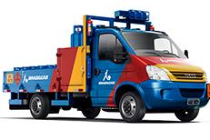 Foto de caminhão da Ultragaz nas cores azul, amarela e vermelha em fundo branco sem ambientação