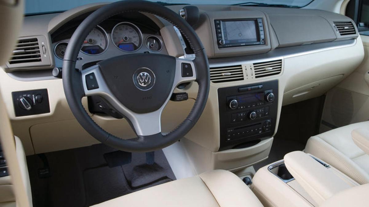 VW_Routan_Interior_640x360.jpg