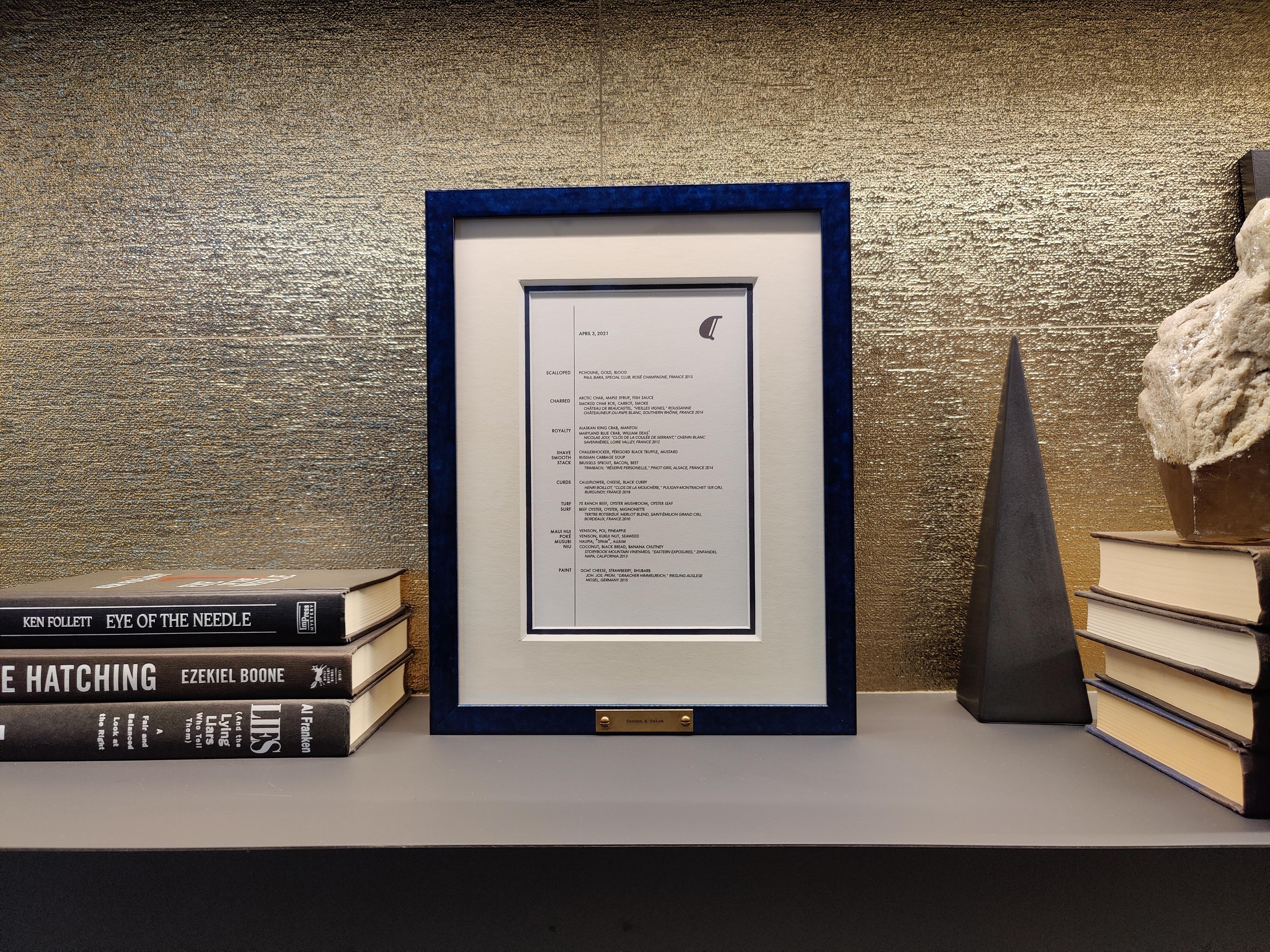 alinea menu in blue frame on bookcase