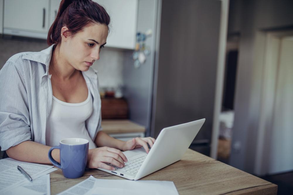 woman on laptop drinking tea