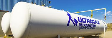 """Banner com a foto de um cilindro industrial de mantimento de gás na cor branca com o logo da Ultragaz Ultrasystem com os dizeres: """"Quem faz usa Ultragaz""""o"""