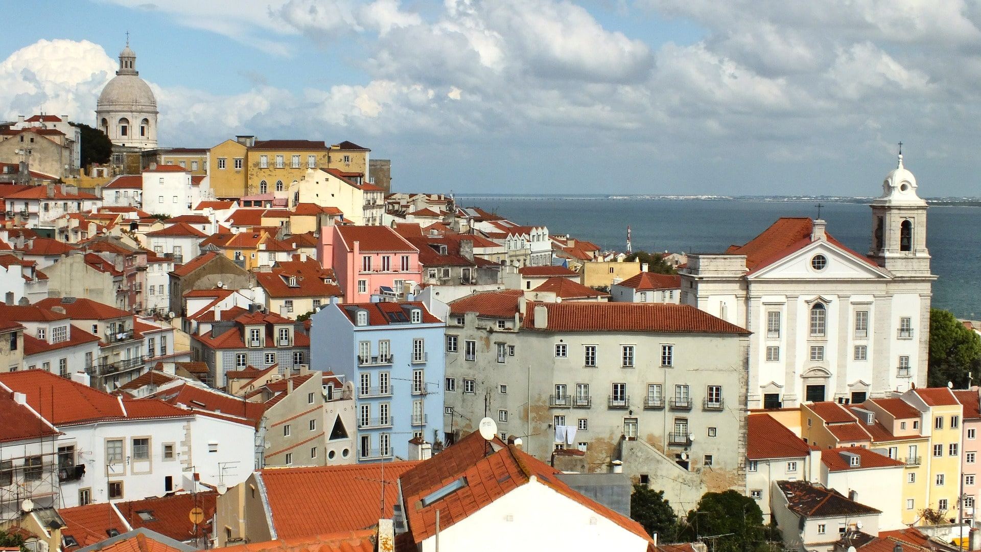 Exploring Alfama in Lisbon is an amazing thing to do in Portugal