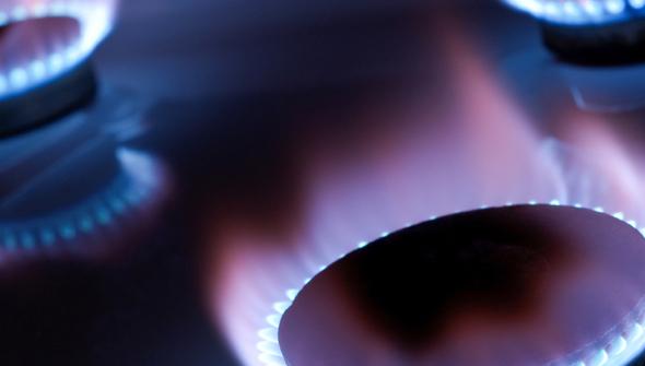 Foto de 3 chamas de fogão acesas com as chamas bem azuis.