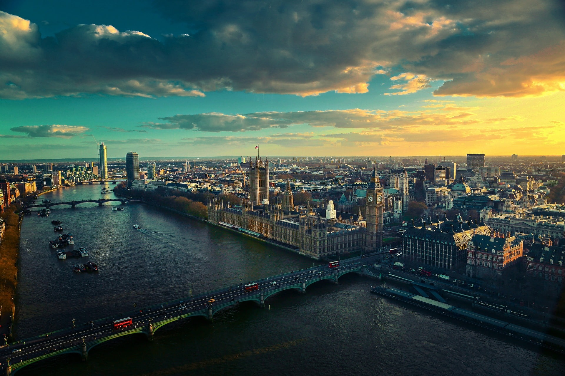 The winding Thames, cutting London in two, is an easy and cool place to visit in London