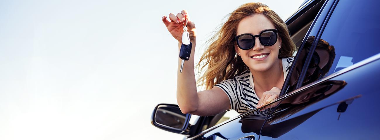Mujer joven dentro de Ibiza FR sosteniendo sus llaves