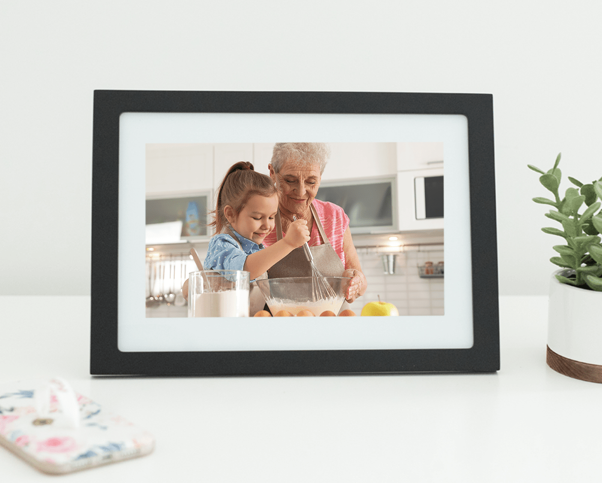 This Digital Frame Has A Magical Feature That Keeps Loved Ones Connected