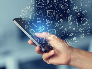 Foto com ilustração de uma mão mexendo no celular e vários ícones de música, canetas, malas circundando a tela do celular.