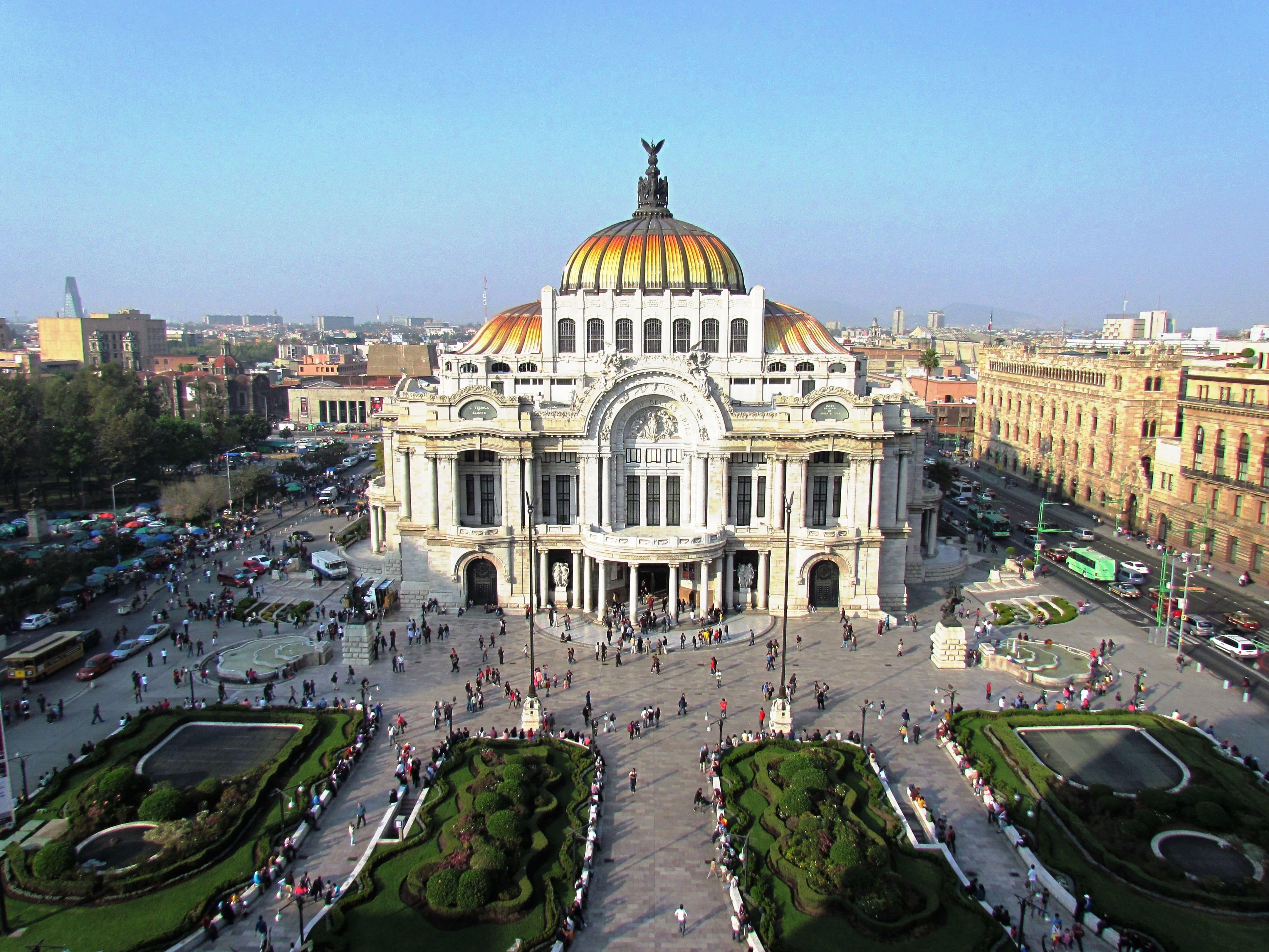 Cafe de la Gran Ciudad offers sweeping views of nearby Palacio de Bellas Artes