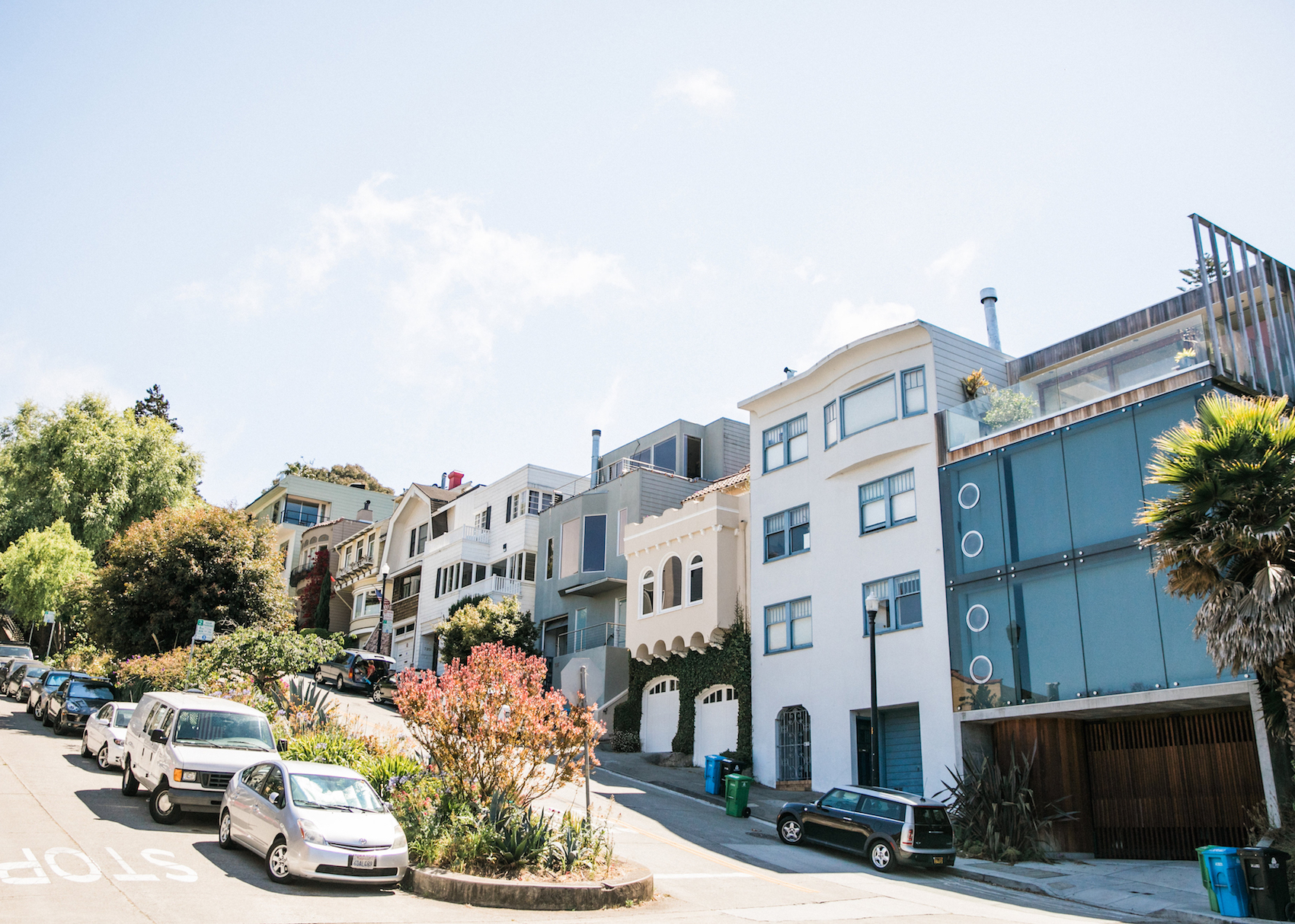 street-with-homes-and-cars-in-noe-valley
