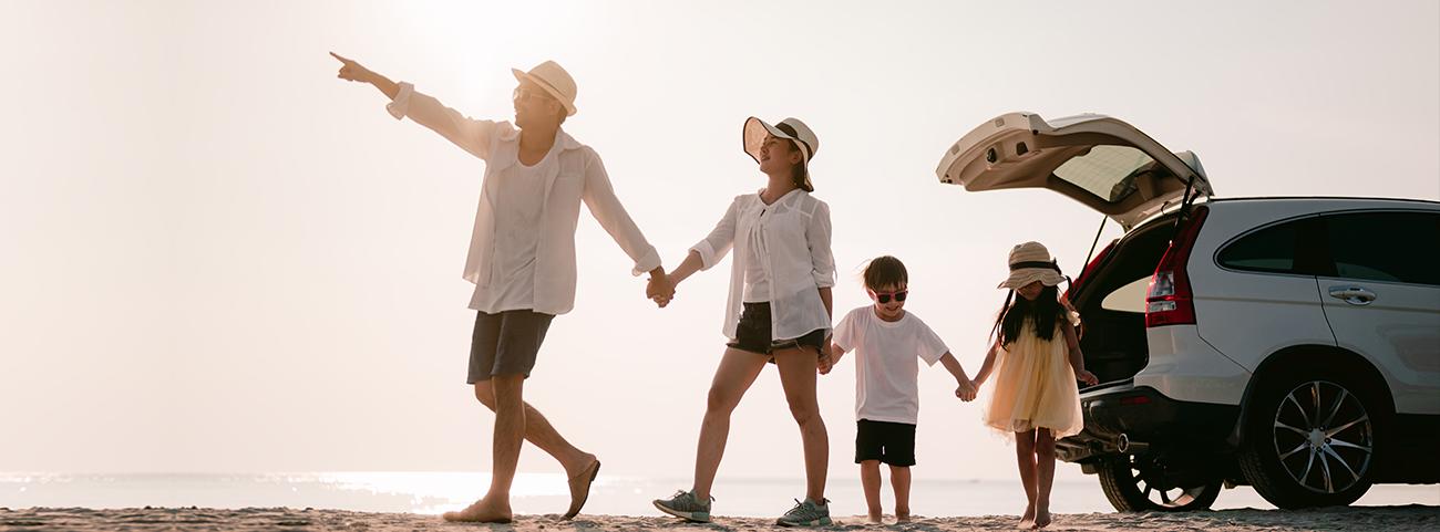 Familia viajando a la playa a bordo de una camioneta Mercedes Benz blanca