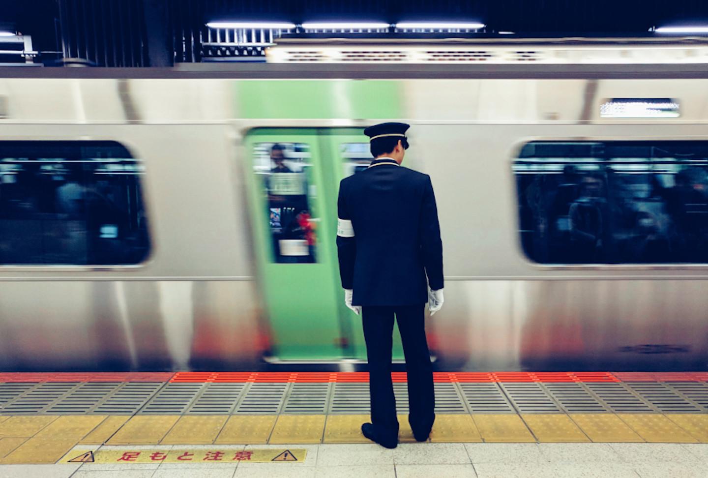 Oshiya, Digaji Untuk Mendorong Penumpang Kereta