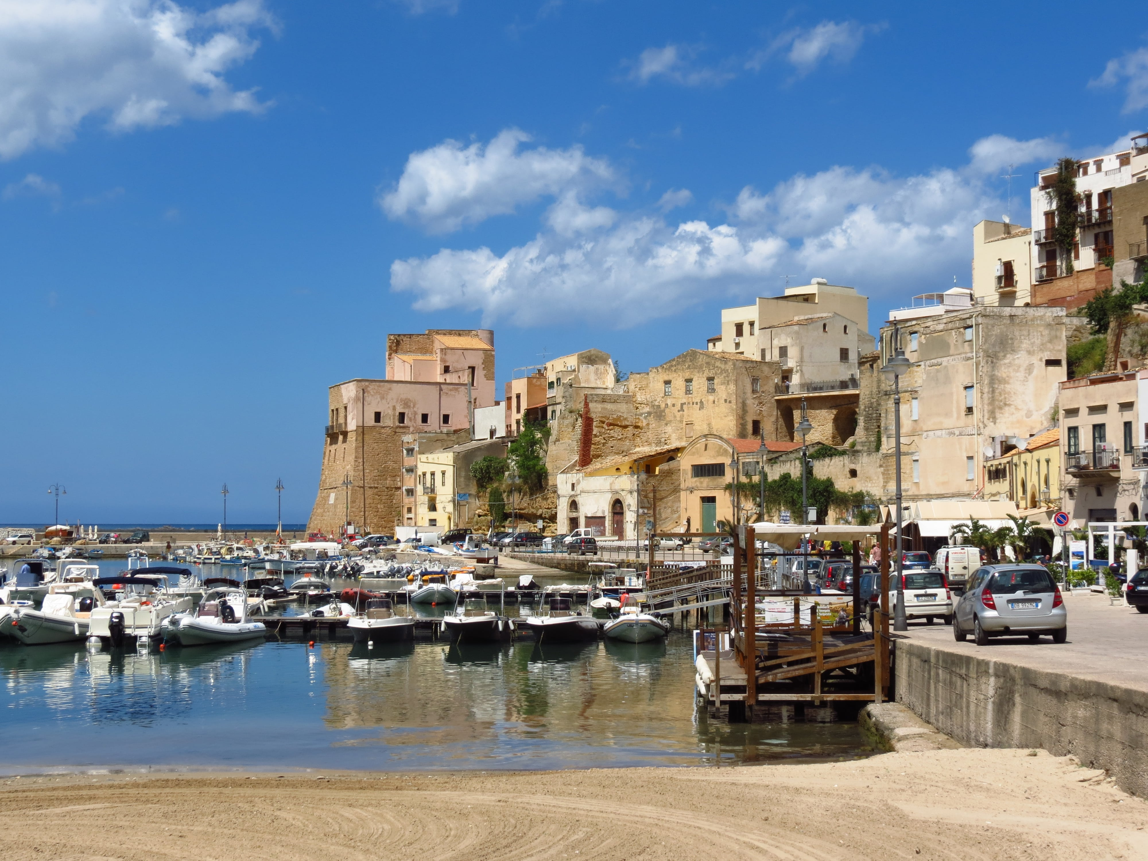 Where to stay for a beautiful beaches and awesome ruins? Sicily