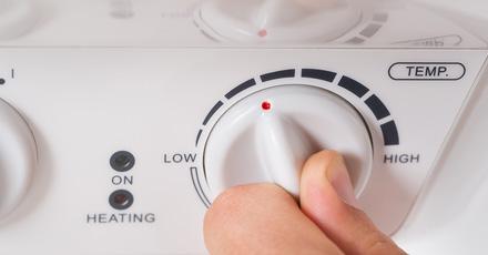 Foto de uma alavanca de um aquecedor de casa, mostrando o termostato.