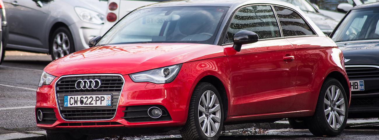 Audi A1 Sportback rojo estacionado en la ciudad