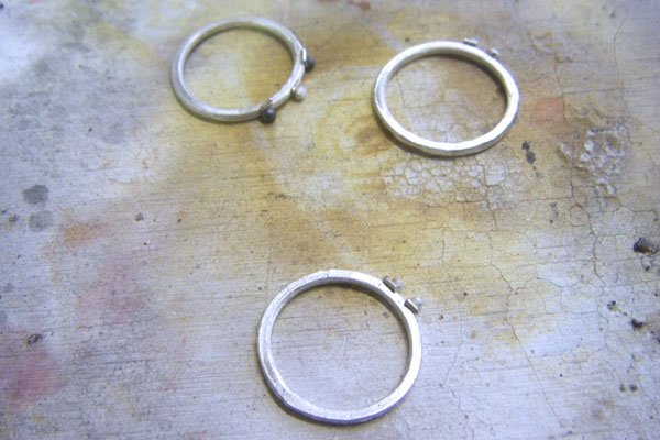 Lining up the granules with the rings