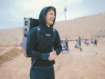 Anton, head of product development at SOUNDBOKS a the spartan race in the mud
