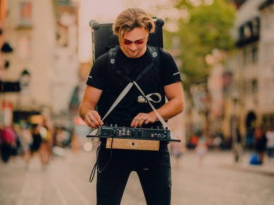 Dj with a SOUNDBOKS strapped to his back