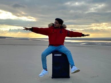 Nishan Sirven and his SOUNDBOKS on the beach