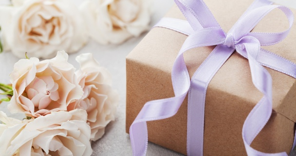 5 low-cost wedding gifts