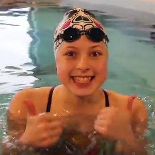 Teen vlogger Lindsey giving two thumbs up to the Elite Endless Pool