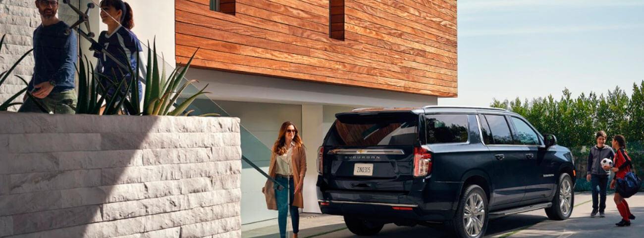familia con camioneta chevrolet suburban 2021