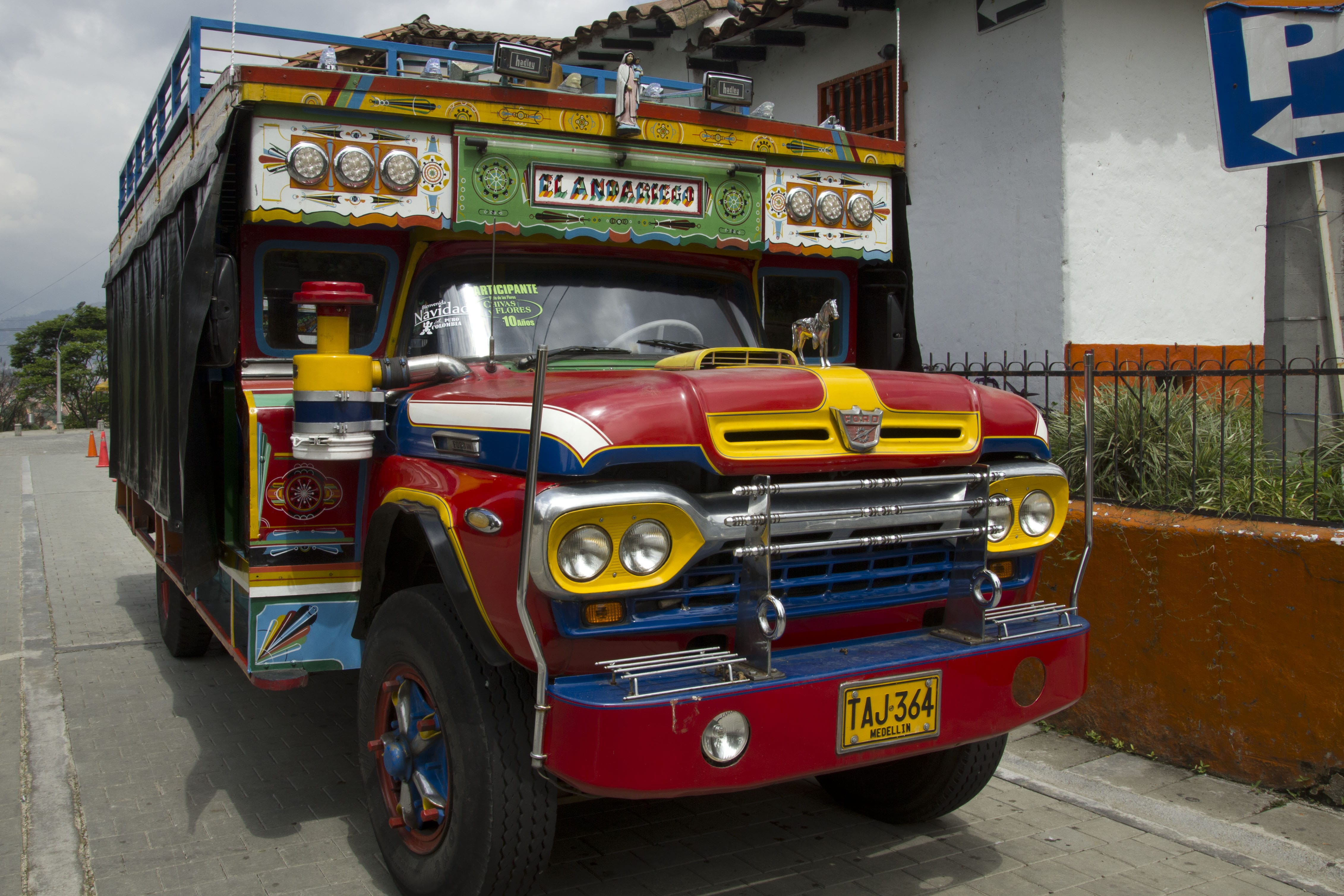 chiva trolly things to do in Cartagena Colombia