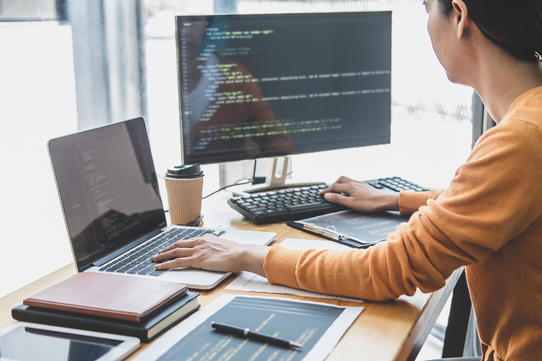 Programmer building website