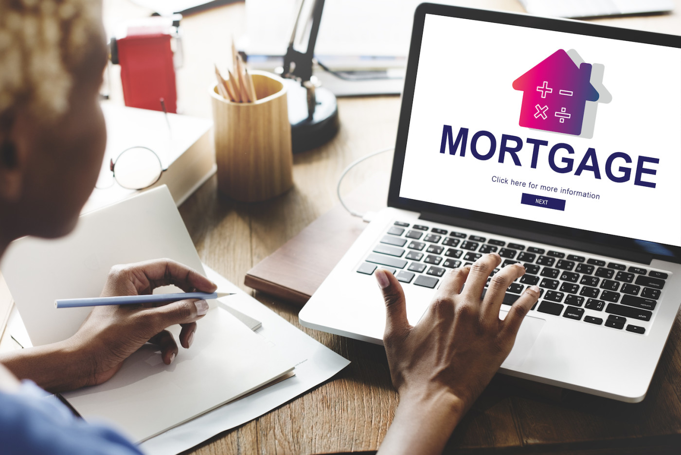women looking for a mortgage online