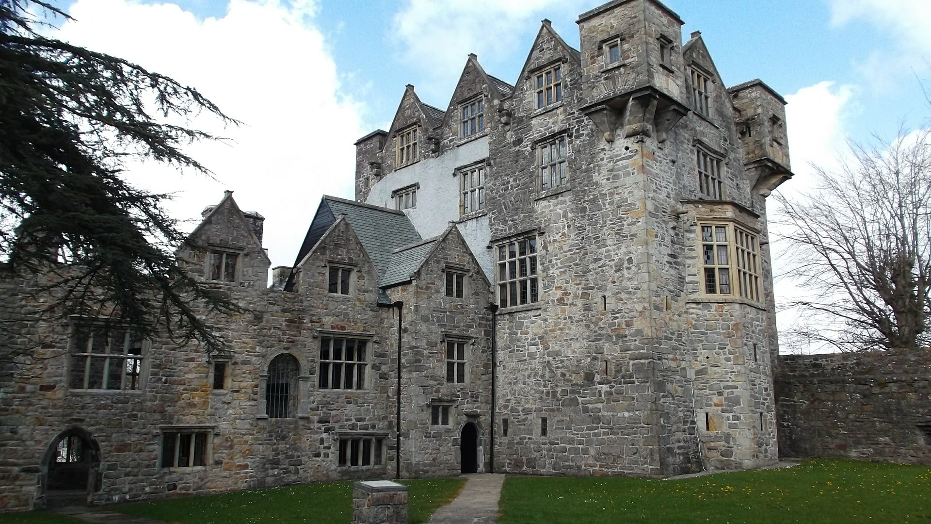 Exploring Donegal castle is a great thing to do in Donegal